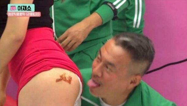 韓国のエロ番組、ミニスカートをまくった女の尻を舐めようとしている男