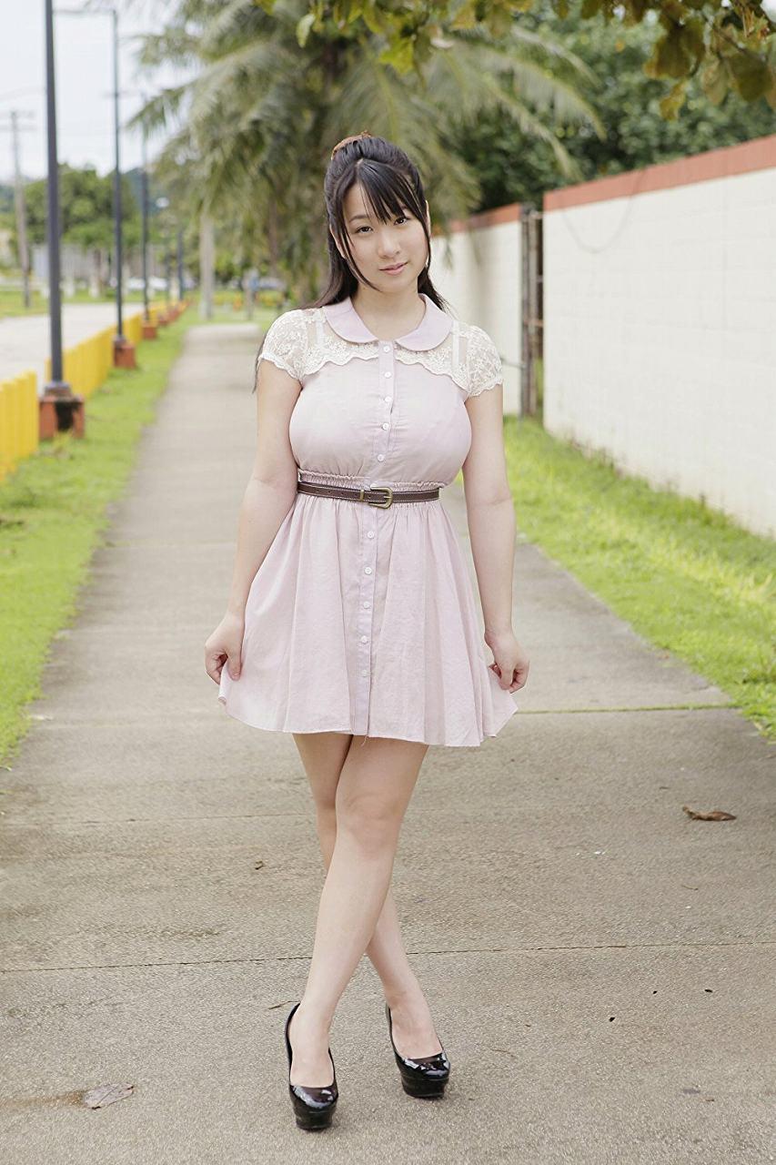 桐山瑠衣のDVD「みんなだぁいすき」画像(ワンピースを着た桐山瑠衣の着衣巨乳)