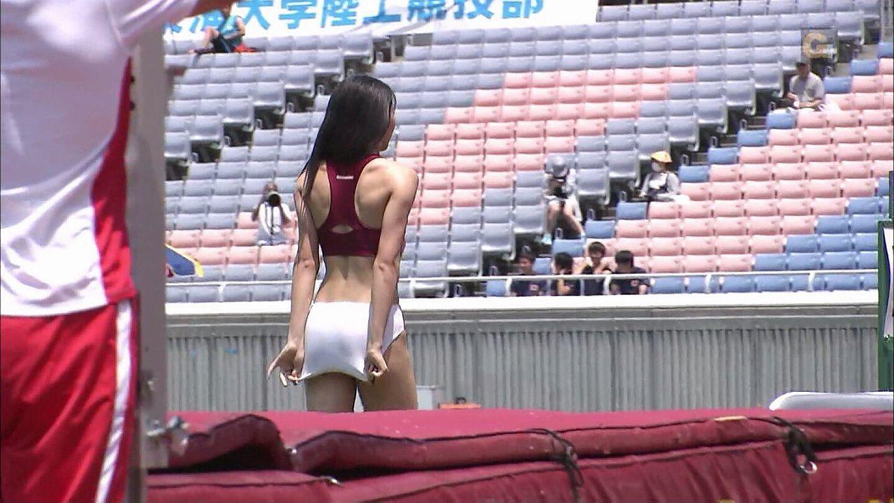 布の少ない陸上ユニフォームを着てパンツの位置を直す女子陸上選手