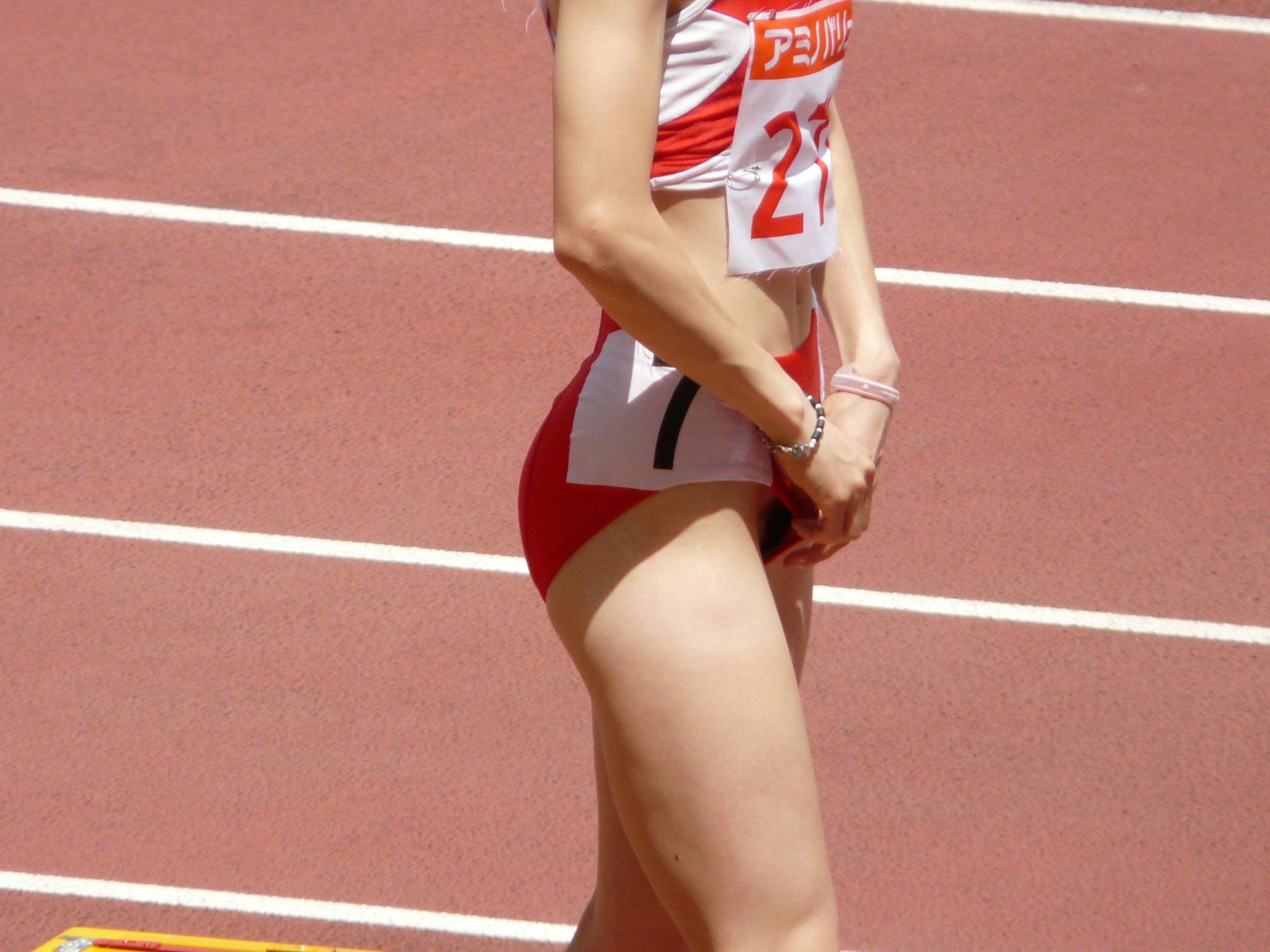 布の少ない陸上ユニフォームを着てパンツの位置を直す女子陸上選手の股間チラリ