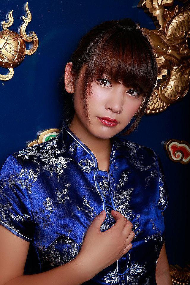 映画「土竜(モグラ)の唄 香港狂騒曲」でセクシーなチャイナドレスを着た久松郁実