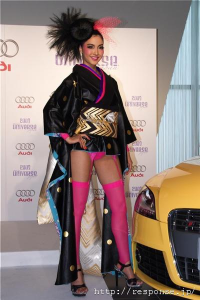 ガーターベルトをつけたパンツ丸出しの着物を着たミス・ユニバース日本代表の宮坂絵美里