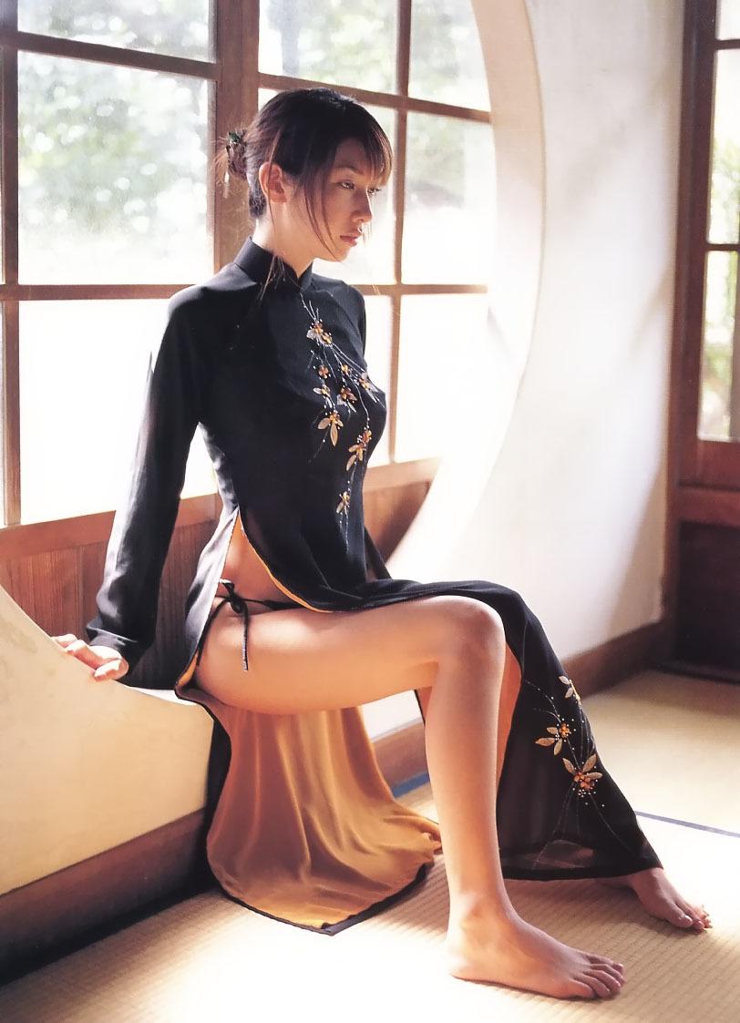 チャイナドレスで座って脚が丸出しになってる女の子