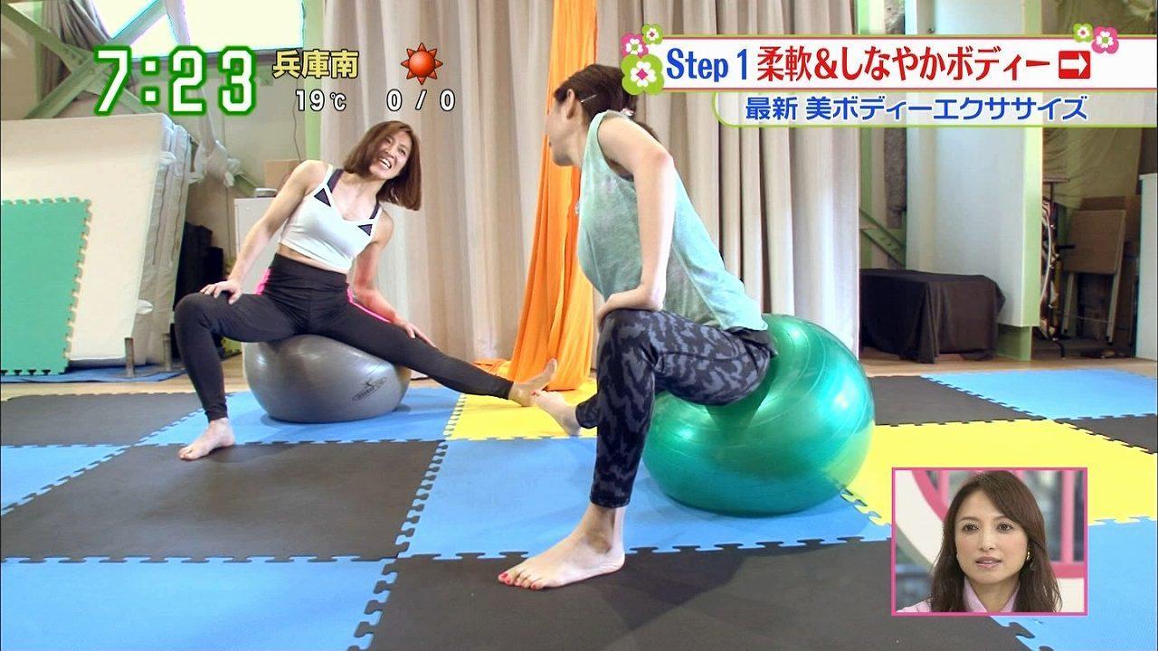 日テレ「ズームイン!!サタデー」、最新美ボディーエクササイズのリポートでバランスボールをする女子アナ(望月理恵)