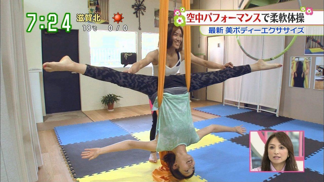 日テレ「ズームイン!!サタデー」、空中パフォーマンスの柔軟で大開脚をする望月理恵
