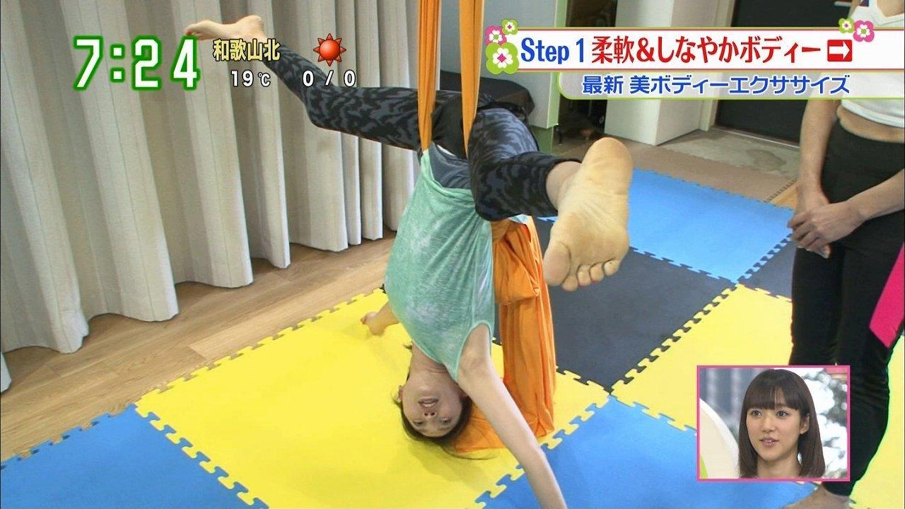 日テレ「ズームイン!!サタデー」、空中パフォーマンスの柔軟で大開脚をする女子アナ(望月理恵)