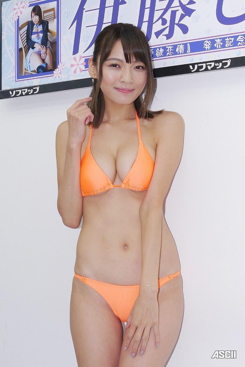 DVD「愛欲恋情」の発売記念イベントでソフマップに登場した伊藤しほ乃