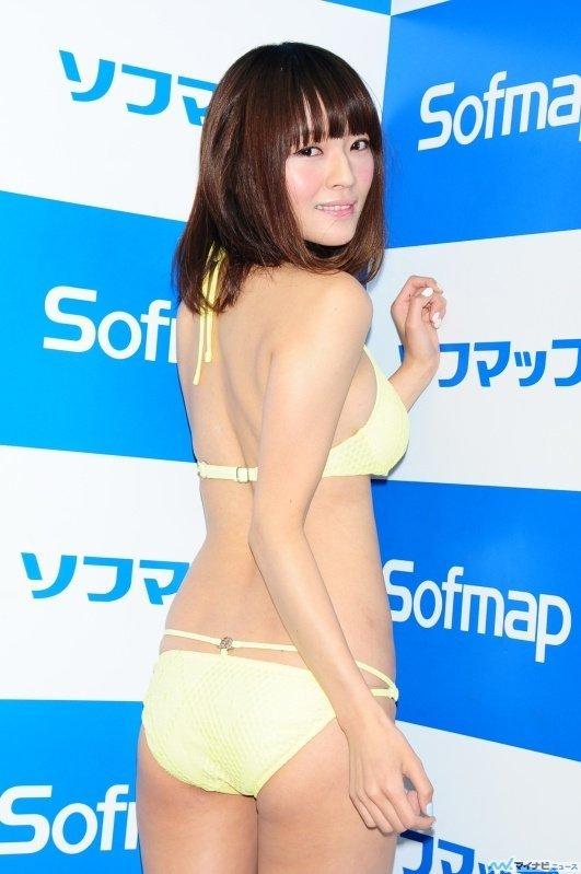 DVDの発売記念イベントでソフマップに登場した伊藤しほ乃のお尻