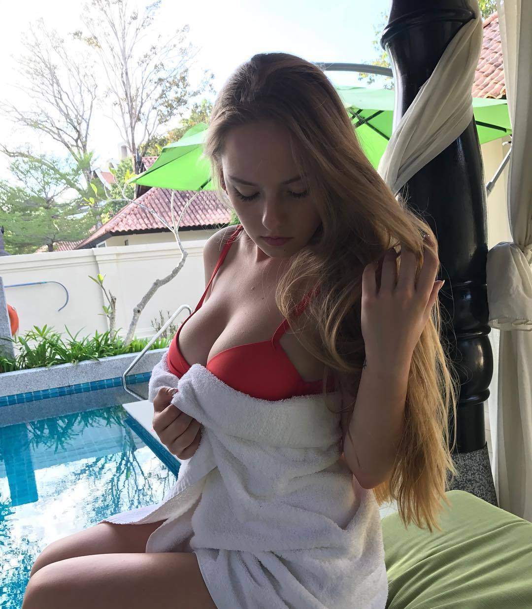 ビキニの水着を着たロシアの爆乳女子高生