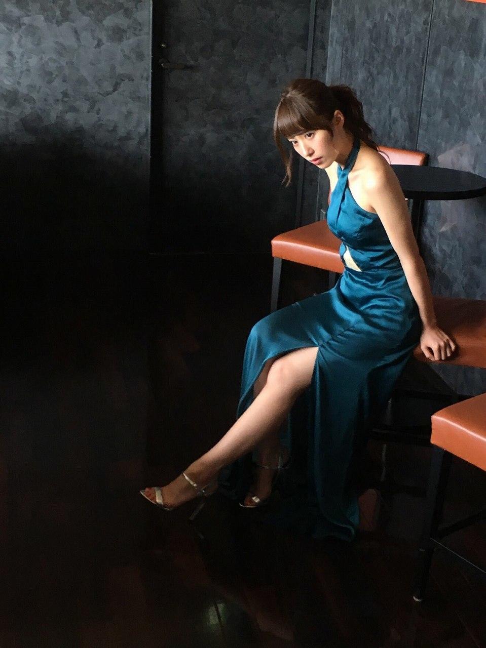 衛藤美彩のセクシースリットドレスグラビア