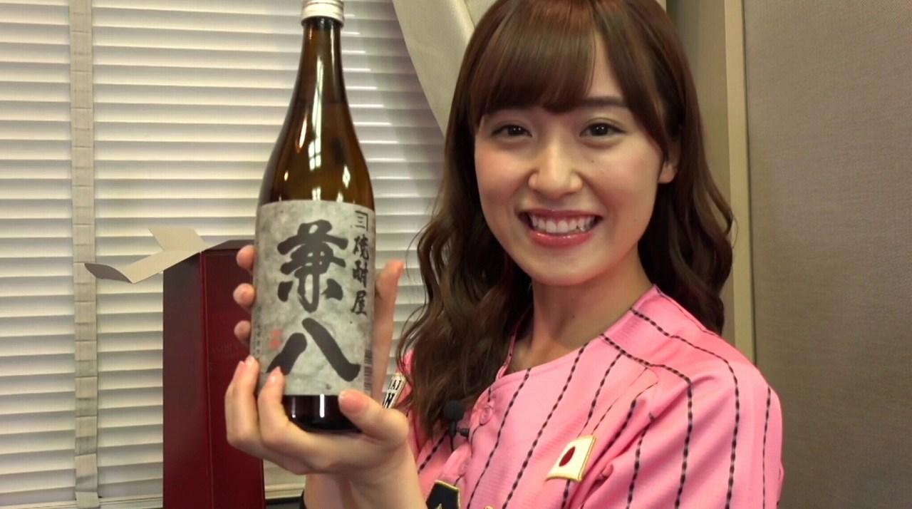焼酎「兼八」を手に持つ衛藤美彩