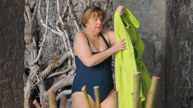 スクール水着を着たアンゲラ・メルケル(メルケル首相)