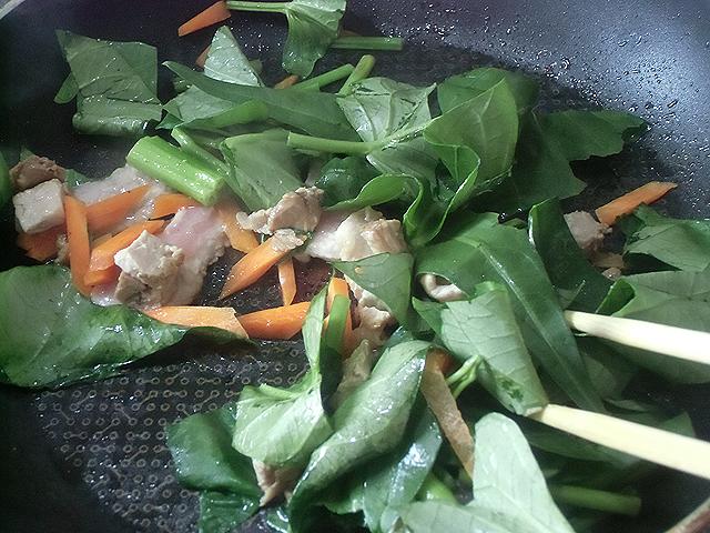 肉と野菜を炒めます