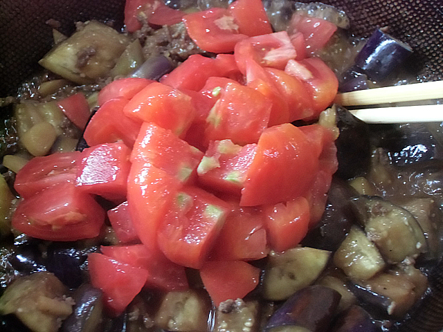 さらにトマトを加えます