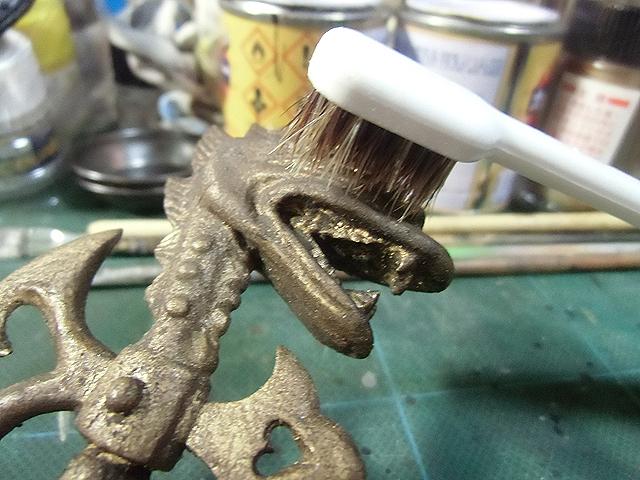 歯ブラシでこする