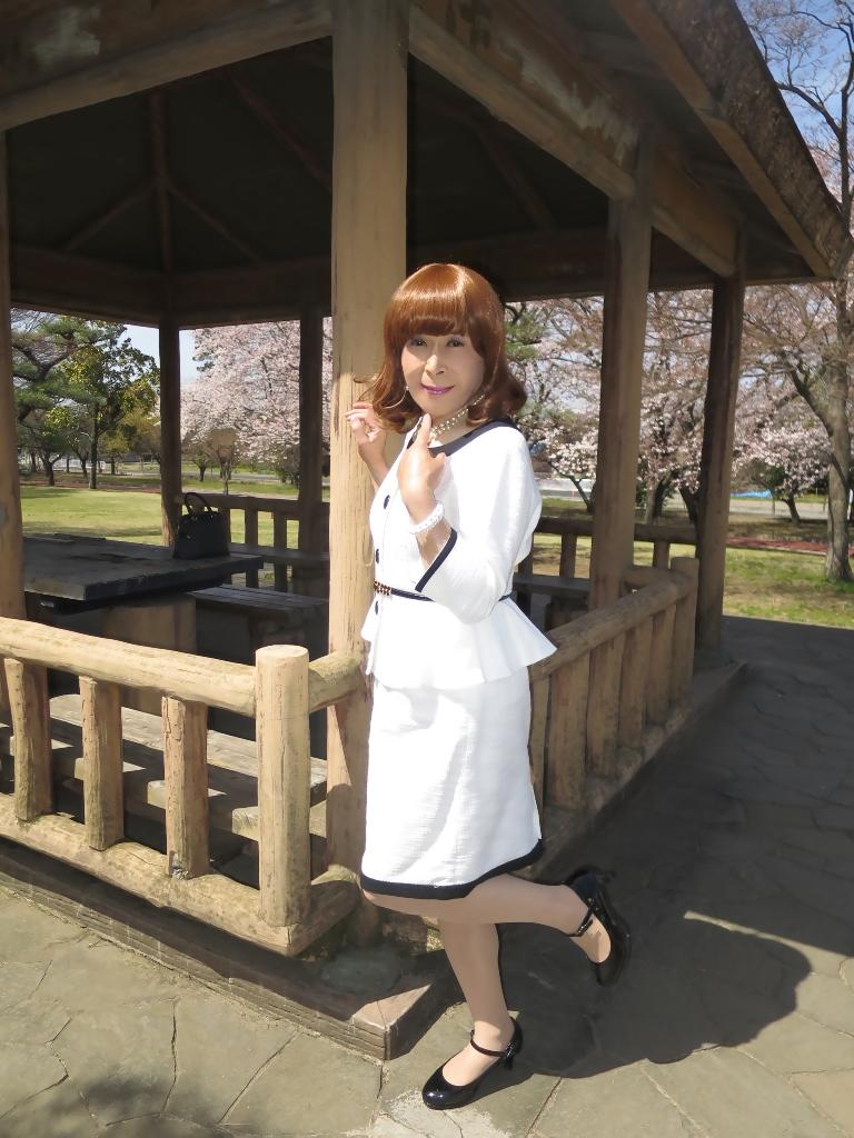白スーツ春の公園A(1)
