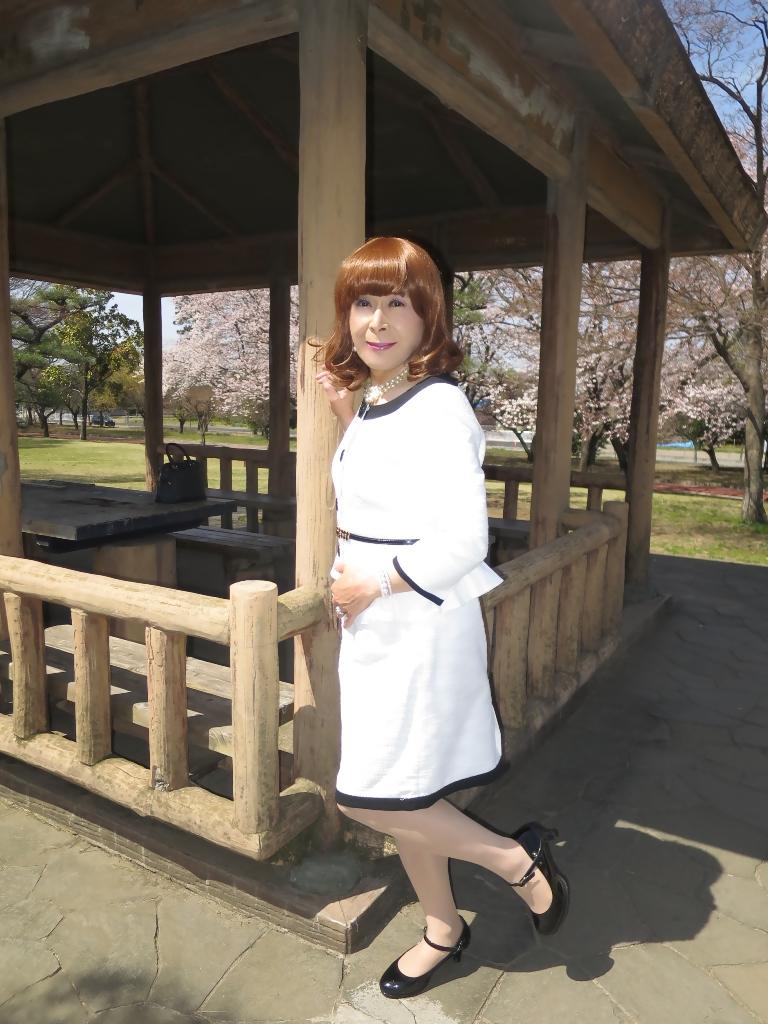 白スーツ春の公園A(2)