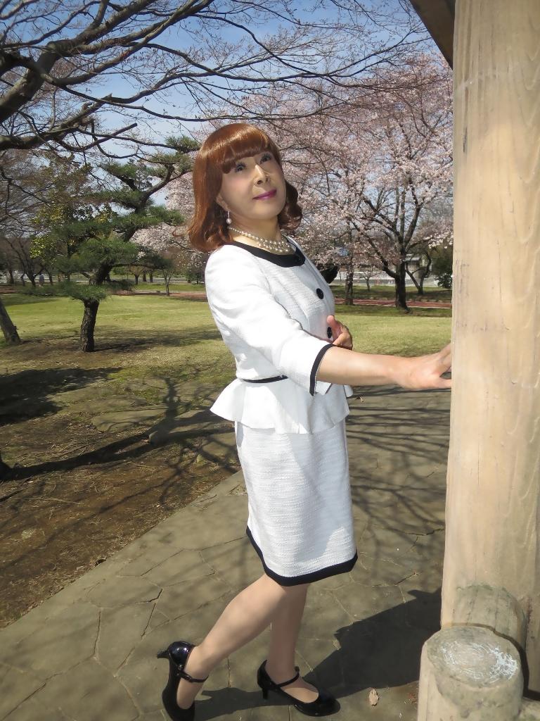白スーツ春の公園A(6)