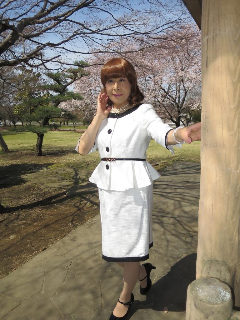 白スーツ春の公園A(5)