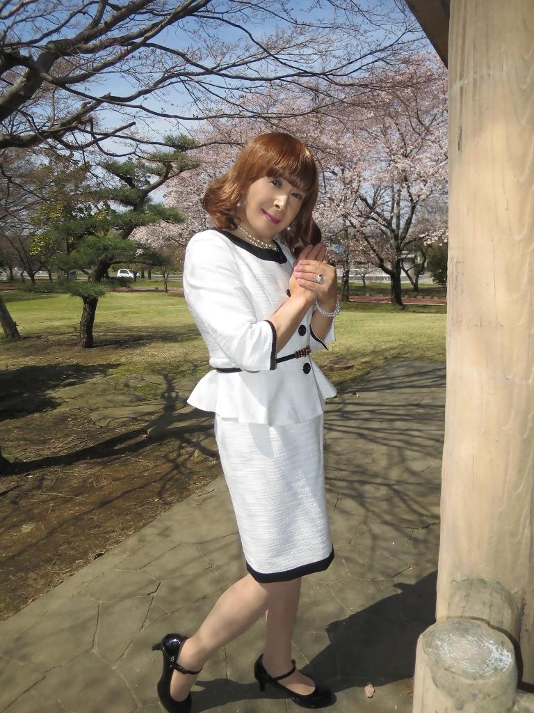 白スーツ春の公園A(8)