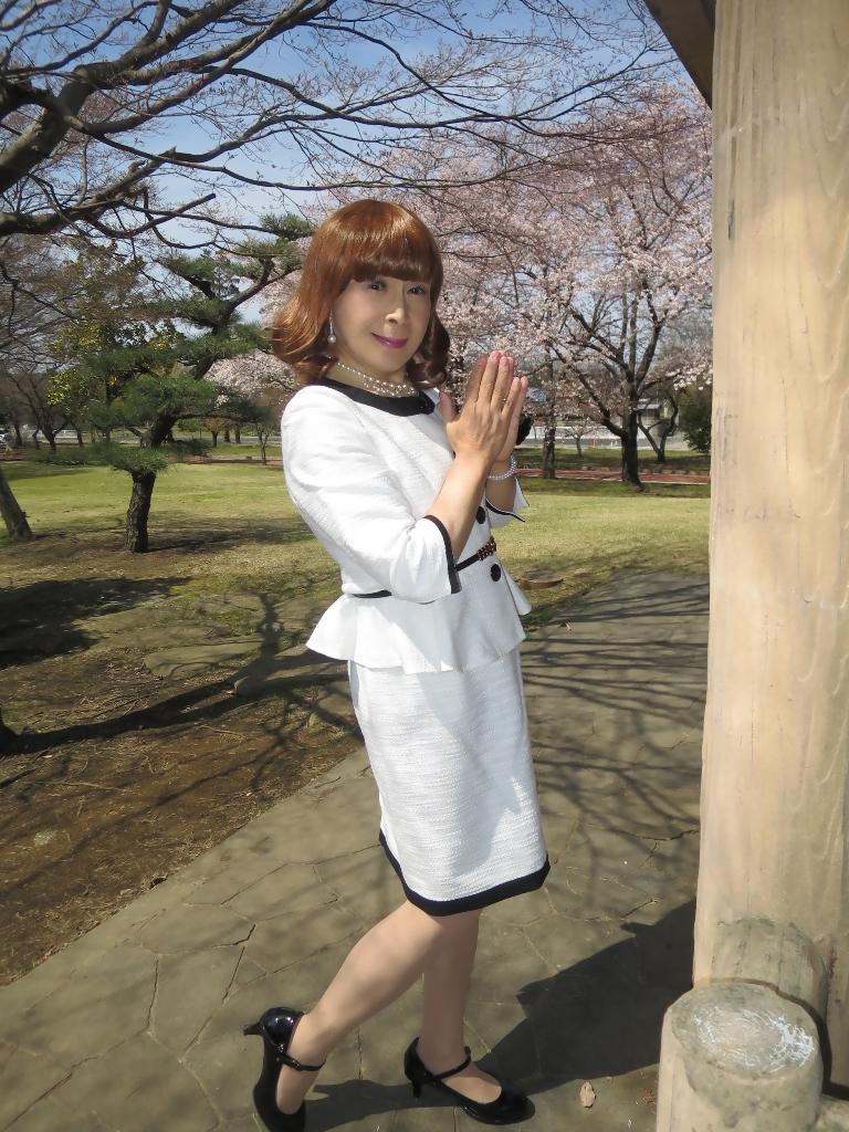 白スーツ春の公園A(7)