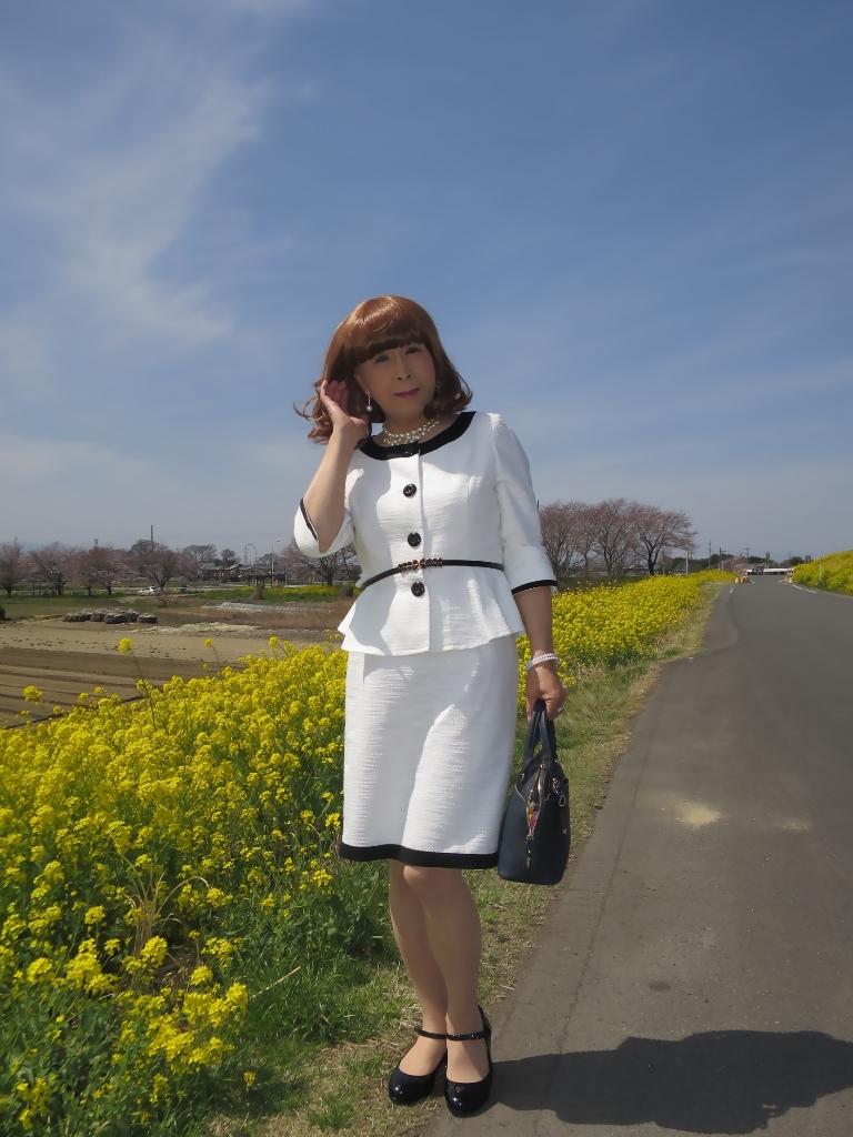 菜の花と白スーツA(2)