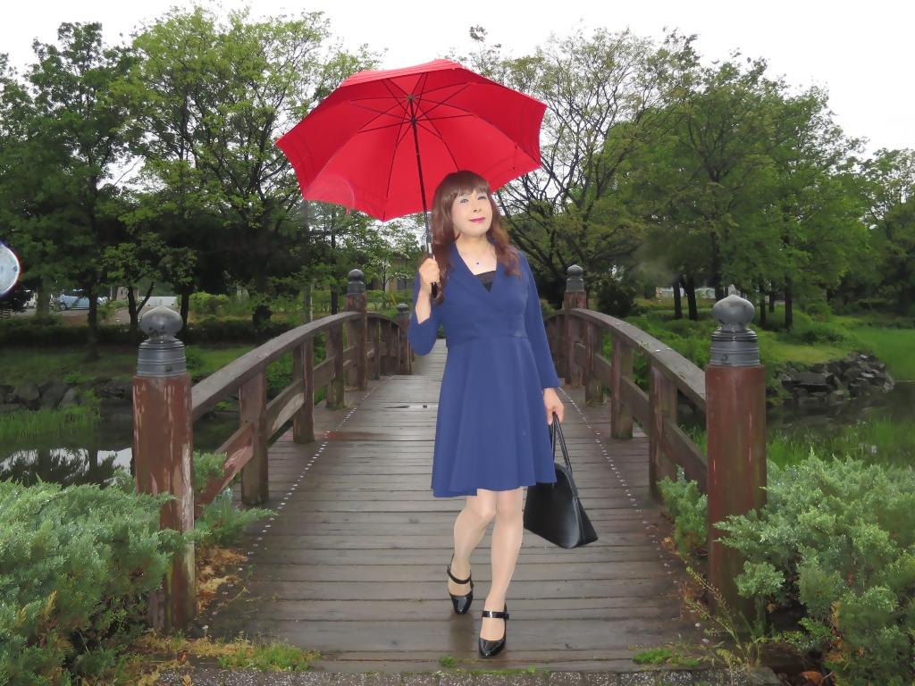 紺ワンピと赤い傘A(2)