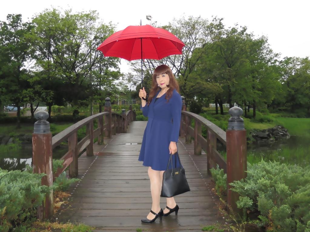 紺ワンピと赤い傘A(4)