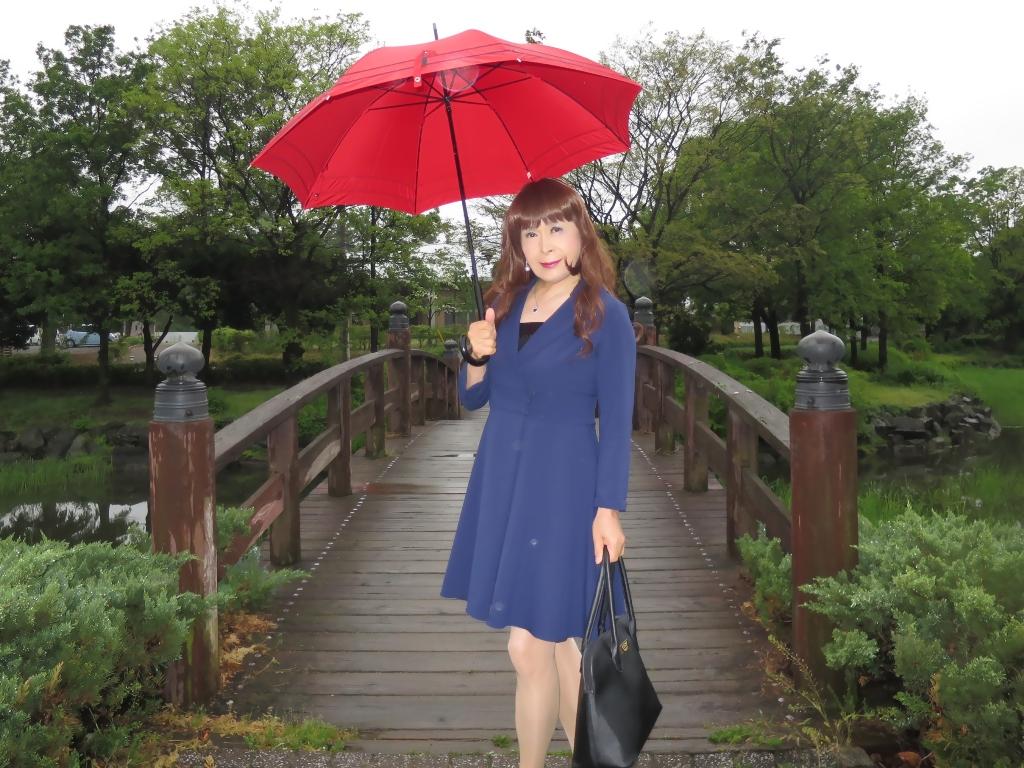 紺ワンピと赤い傘A(5)