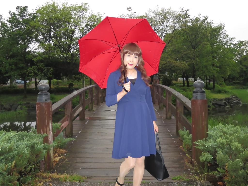 紺ワンピと赤い傘A(6)