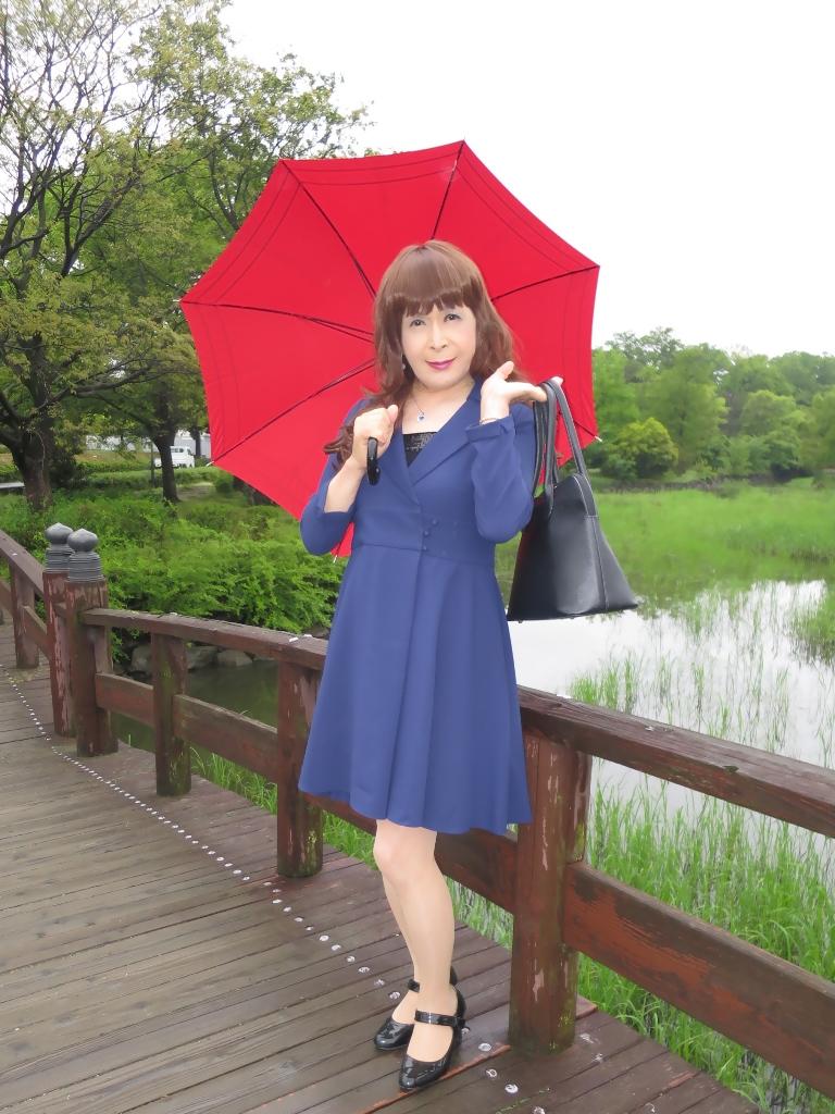 紺ワンピと赤い傘B(1)