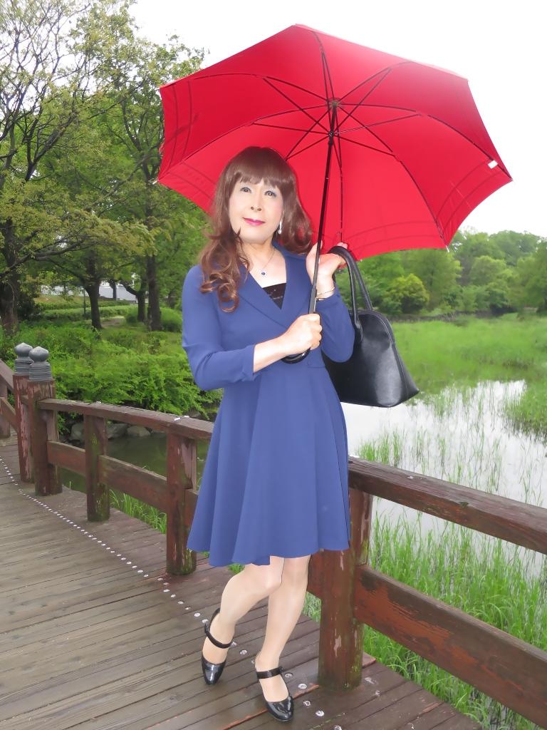 紺ワンピと赤い傘B(2)