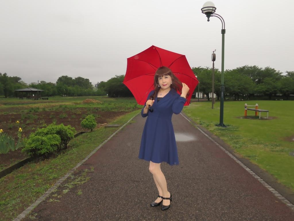 紺ワンピと赤い傘B(4)