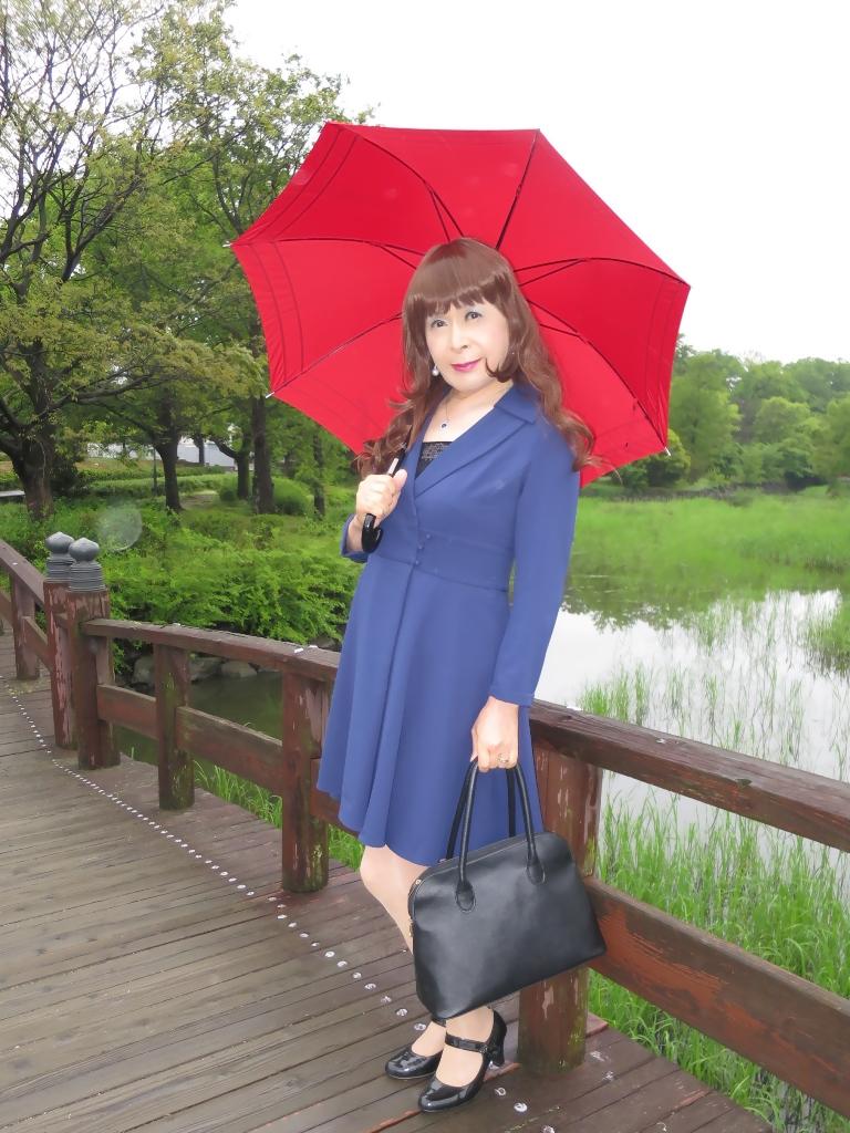 紺ワンピと赤い傘B(3)