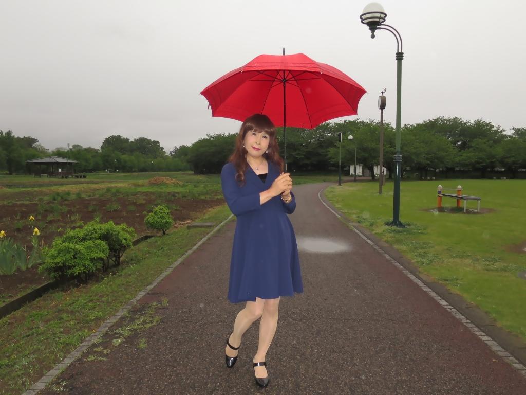 紺ワンピと赤い傘B(5)