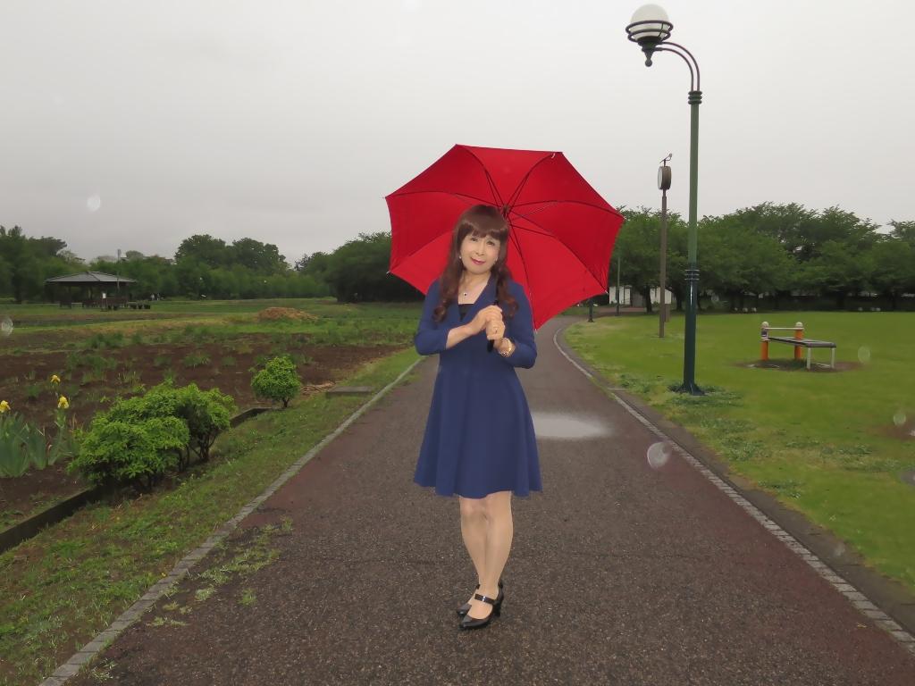 紺ワンピと赤い傘B(7)