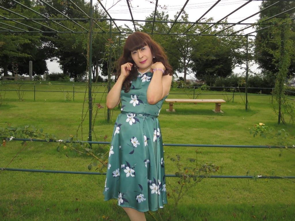 緑地に白花柄ワンピB(2)