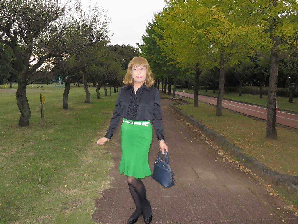黒ブラウス緑マーメイドスカートA(4)