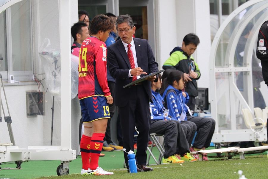 指示を出す松田岳夫監督。両軍指揮官の采配も見どころのひとつ。