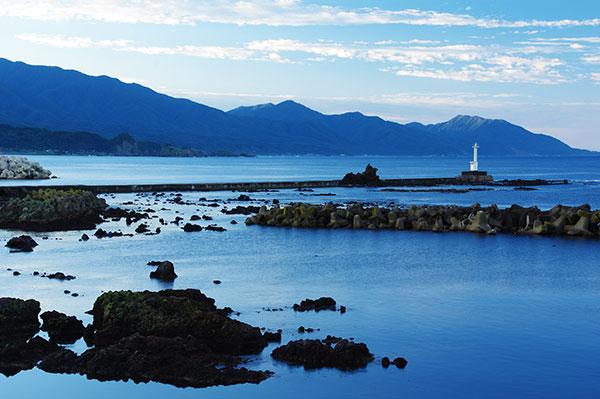 岩崎漁港から灯台と白神山地