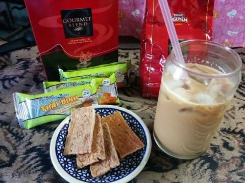 ベトナムチュングエン社コーヒーとベトナム製ココナッツビスケット
