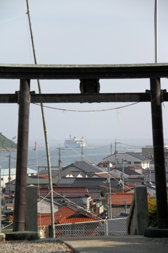 西郷港を船が出る