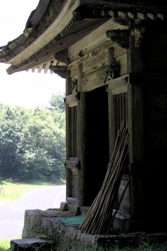 地蔵堂の前の杖