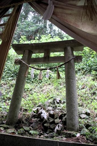 拝殿の先は・・・布須神社です