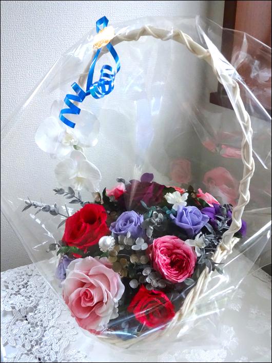 胡蝶蘭とバラのカゴ