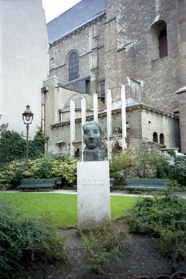 ピカソ作のアポリネール像