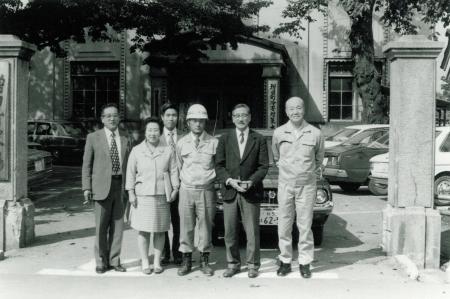 1992役場前にて達二町長時代高橋忠八水沢市長と