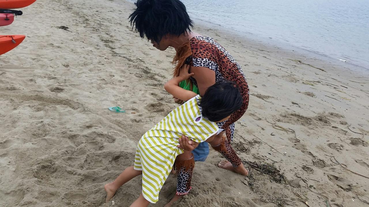 原始人との浜相撲