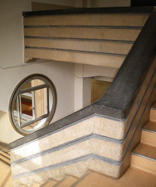 学習院・西1号館階段