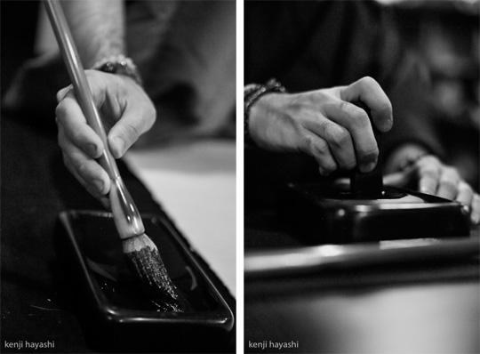 無添加書道:遠藤夕幻 「筆を持つ手&墨を磨る手」/写真撮影:林建次